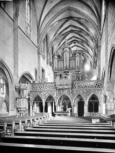Vue intérieure de la nef vers l'est. Jubé et buffet d'orgue