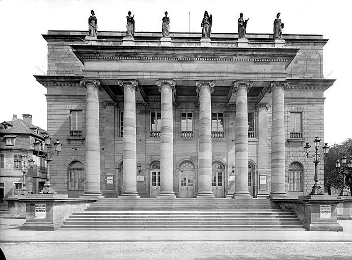 Façade principale à colonnes ioniques surmontée des statues des Muses