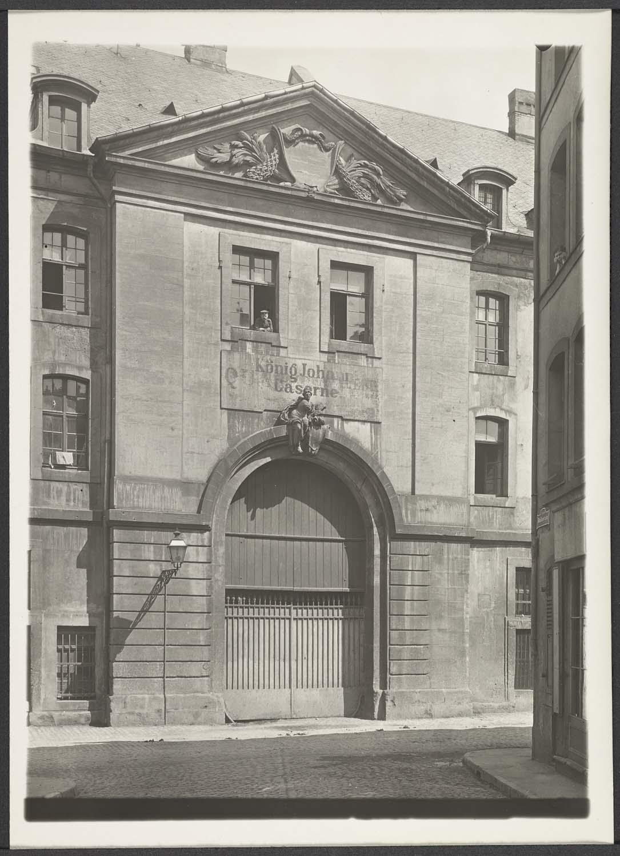 Porte d'entrée dans la rue des Fermiers