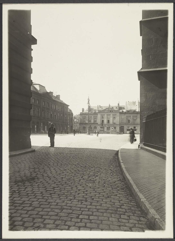 Alentours de la cathédrale : place d'Armes vue de la rue des Jardins