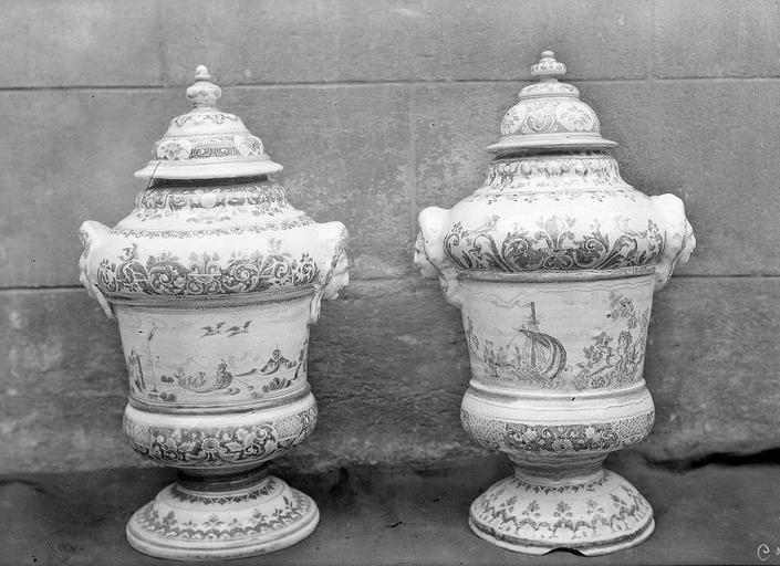 Pots à pharmacie : 1 vase ovoïde, 2 pots de montres couverts et 2 fontaines couvertes