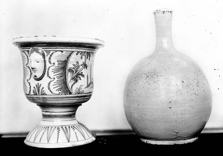 pots à pharmacie : 3 vasques à décor de mascarons et fabriques