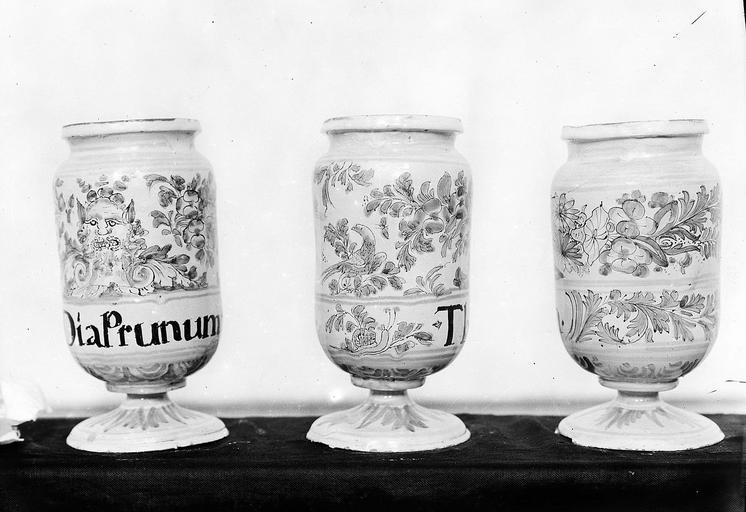 Pots à pharmacie : 9 pots canons à décor de mascarons, feuillages et oiseaux