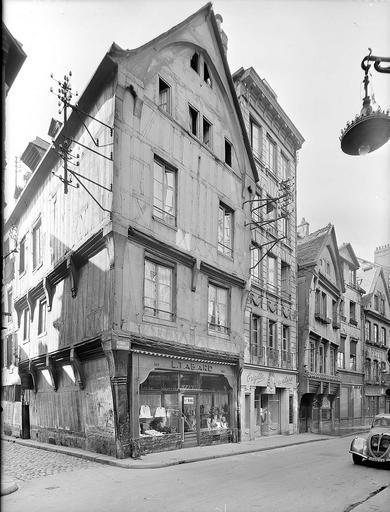 Alignement des façades ; boutiques de confection (L. Tabard et Brigitte couture) en rez-de-chaussée