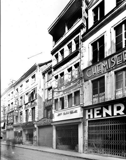 Alignement des façades ; commerces en rez-de-chaussée