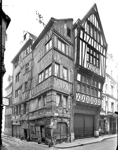 Angle des façades ; Crédit lyonnais en rez-de-chaussée
