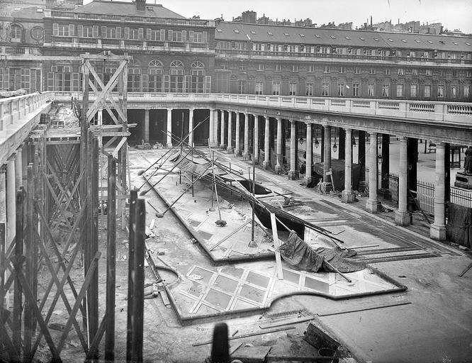 Galerie d'Orléans en cours de restauration, réfection du sol et du bassin