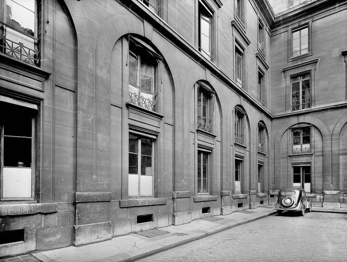 Hôtel de Roquelaure, actuellement ministère des travaux publics
