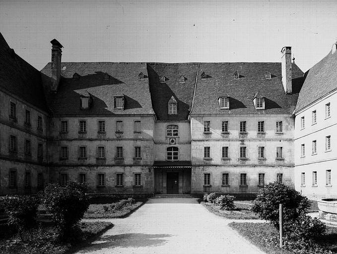 Cour d'honneur : Façade principale du pavillon des Etrangers (hôtellerie)