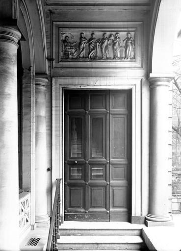 Porte sous une galerie d'arcades, surmontée d'un bas-relief sculpté (scène à l'antique)