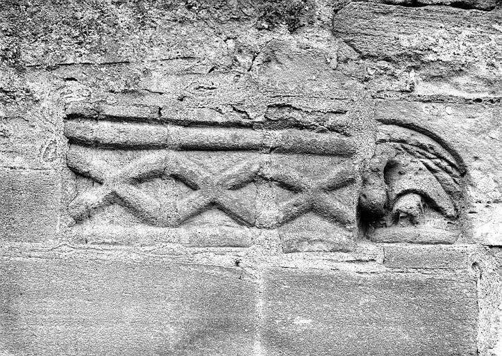 Façade latérale sud : sculptures dans la pierre
