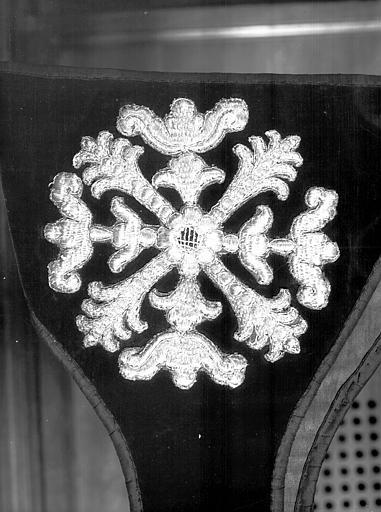 Chasuble, chape, 2 dalmatiques, 2 étoles, 2 manipules, voile de calice et bourse de corporal (ornement noir)