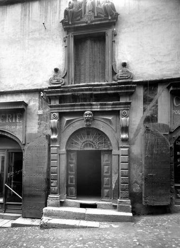 Portail monumental et fenêtre à motif sculpté