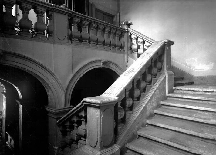 Couloir voûté, rez-de-chaussée, grand escalier