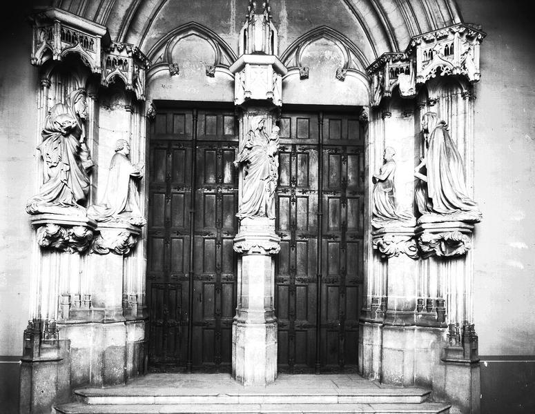 Portail de la chapelle : la Vierge à l'Enfant, Philippe le Hardi et Marguerite de Bavière