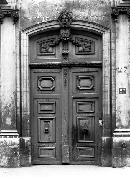 Porte d'entrée et encadrement, bois sculpté et pierre