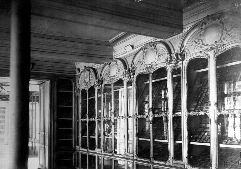 Lambris de revêtement (boiseries) de l'ancien cabinet d'histoire naturelle du Jardin du Roi dit cabinet de Buffon (provenant du cabinet de Bonnier de la Mosson à l'hôtel du Lude, rue Saint-Dominique)