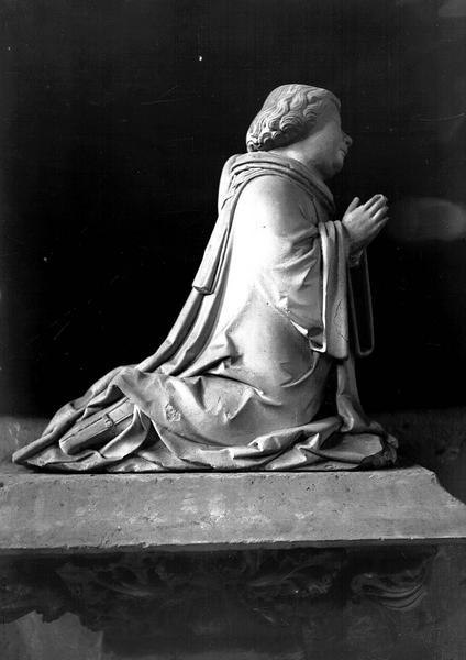 2 statuettes : Priants