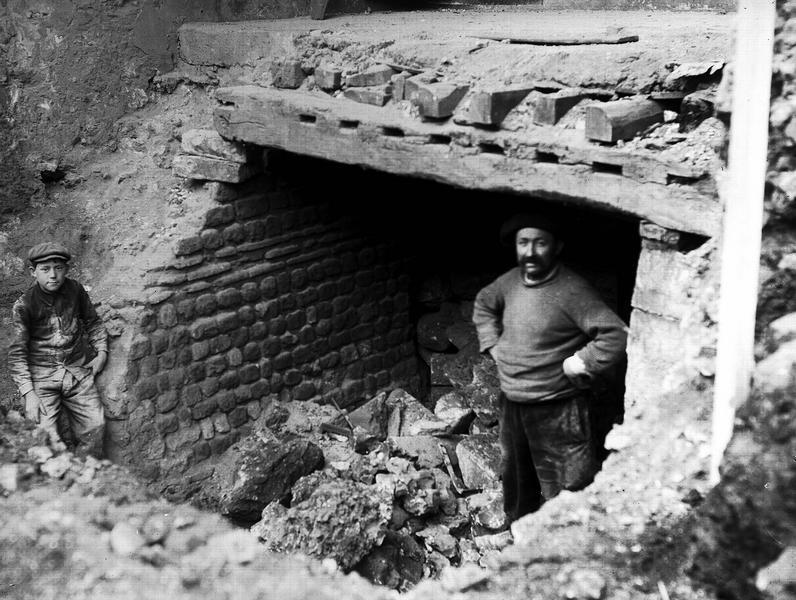 Fouilles. Mur gallo-romain sous la maison Regimbaud, rue traversière