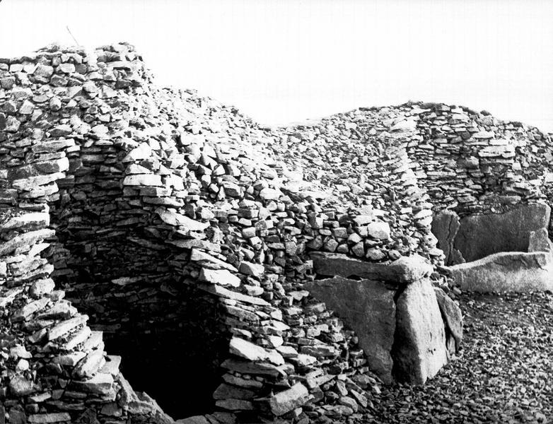 Entrée fermée par des gros blocs de pierre