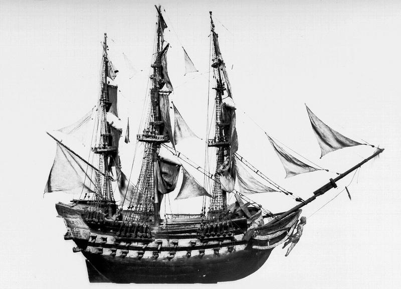 Ex-voto en bois peint : bateau à trois mats