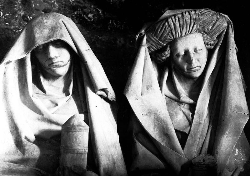 Statues en pierre (détail d'un groupe sculpté) : deux femmes