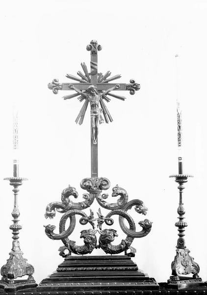Croix et 2 chandeliers d'autel