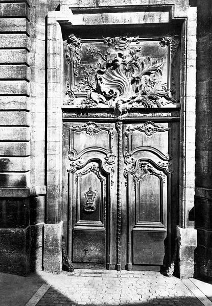 Portail : vantaux en bois sculpté