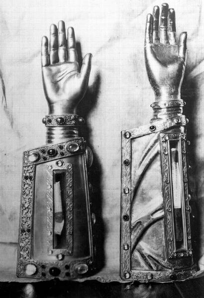 Bras reliquaire en cuivre doré. Bras reliquaire dit de sainte Anne en argent et cuivre