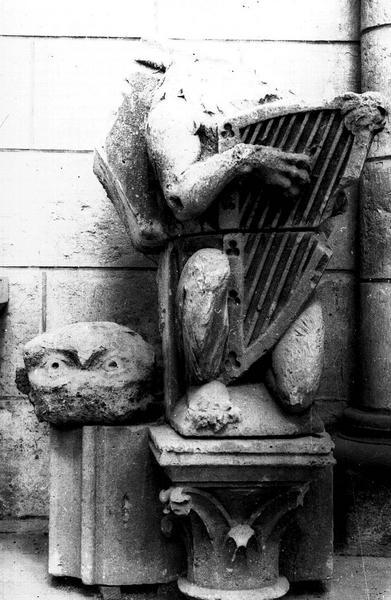 Fragments déposés provenant d'un portail du transept