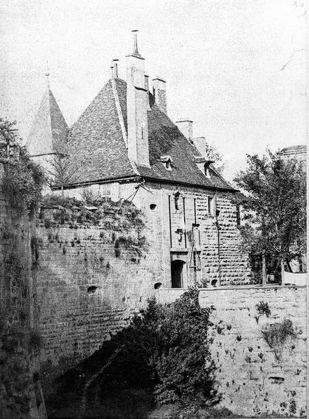 Château fortifié (vestiges de l'ancien)