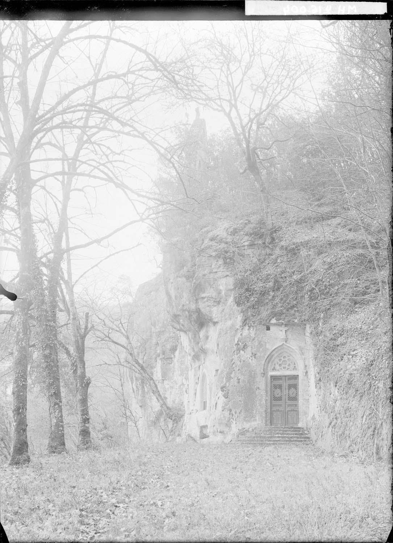 Ensemble de la chapelle avec le clocher et une tombe gallo-romaine sous la fenêtre à gauche
