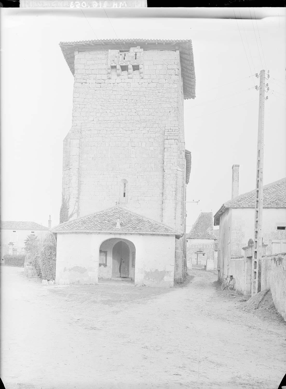 Façade ouest, porche et clocher avec bretèche