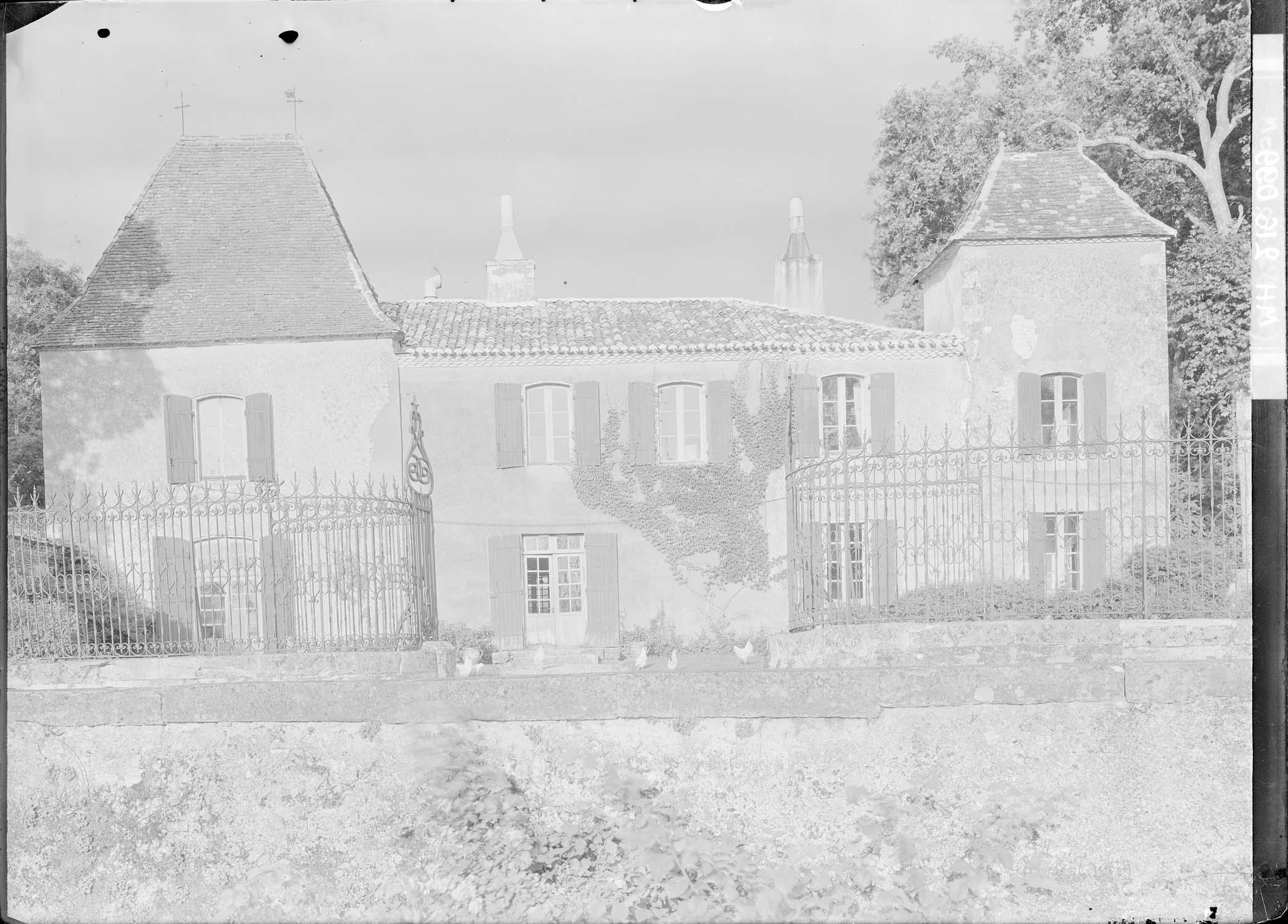 Façade principale, vue de l'autre côté de la grille