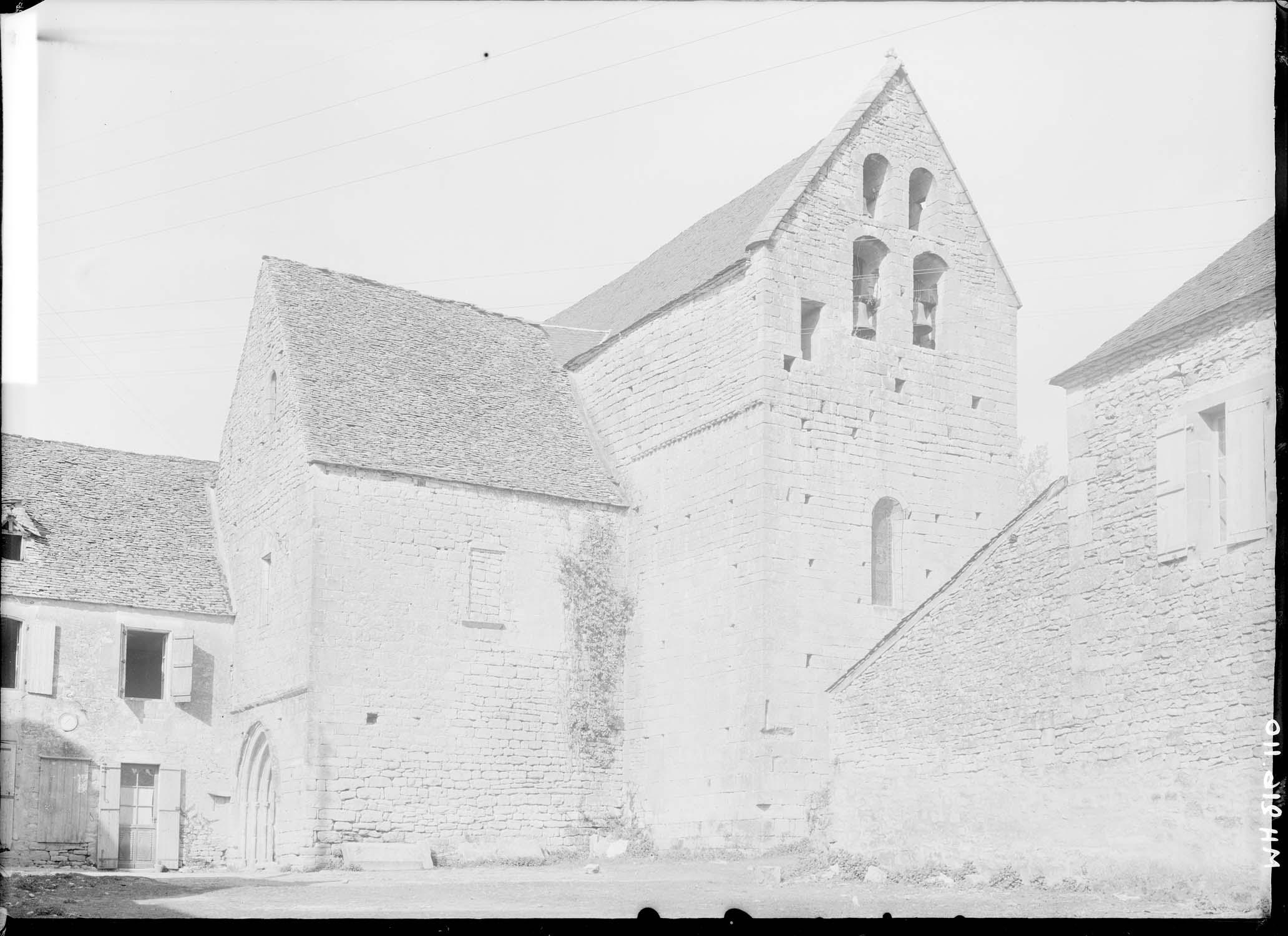 Ensemble sud-ouest, le pignon du transept sud porte les cloches