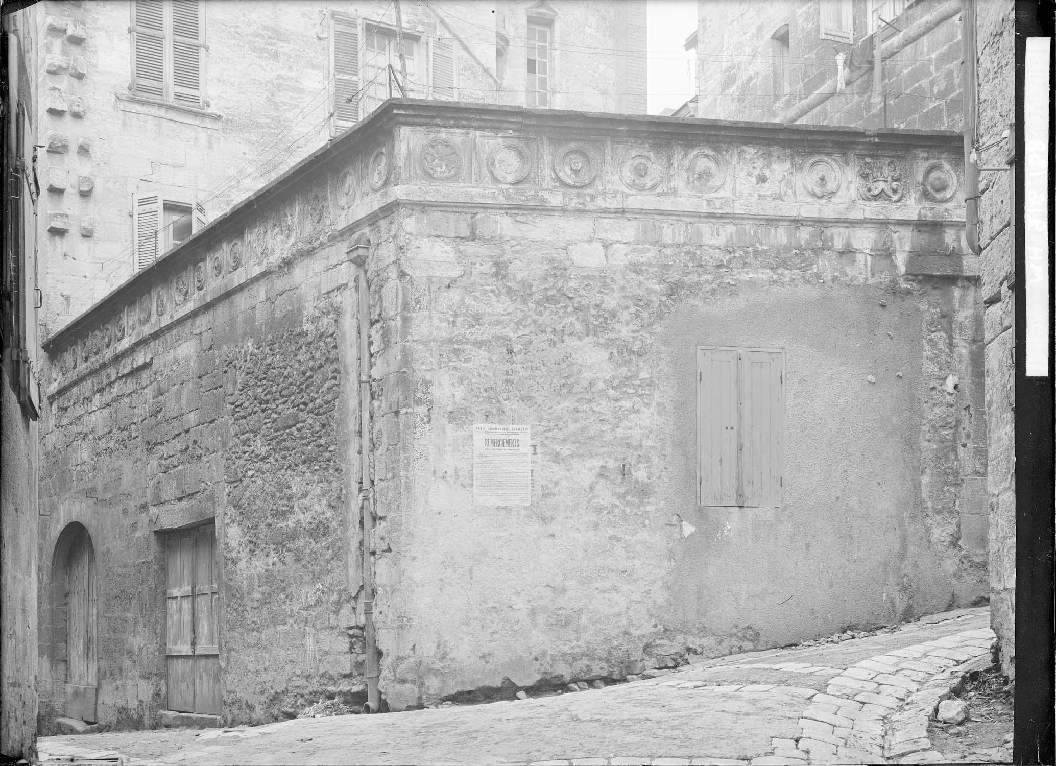 Terrasse Renaissance côté rue Saint-Roch : frise de 19 motifs inscrits dans des carrés