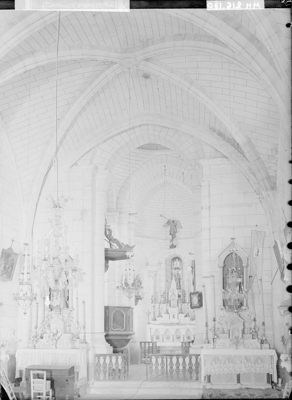 Intérieur, une travée de la nef et chœur vers l'est