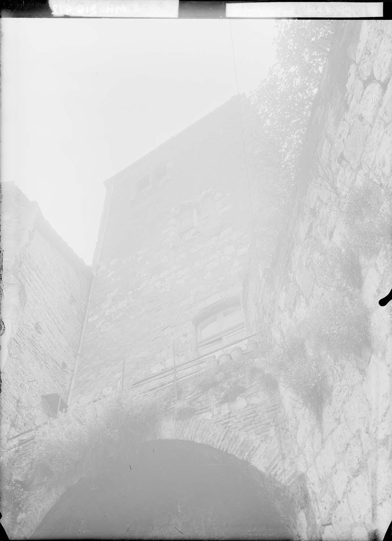 Tour du chapelet et restes mur d'enceinte (dans la cour de l'immeuble)