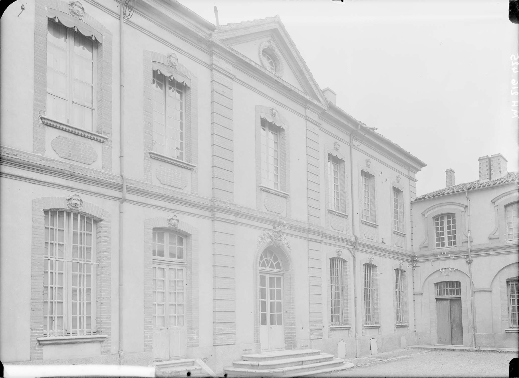 Façade principale sur la cour à gauche