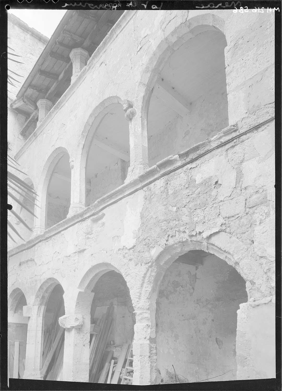 Cour, arcades du côté droit