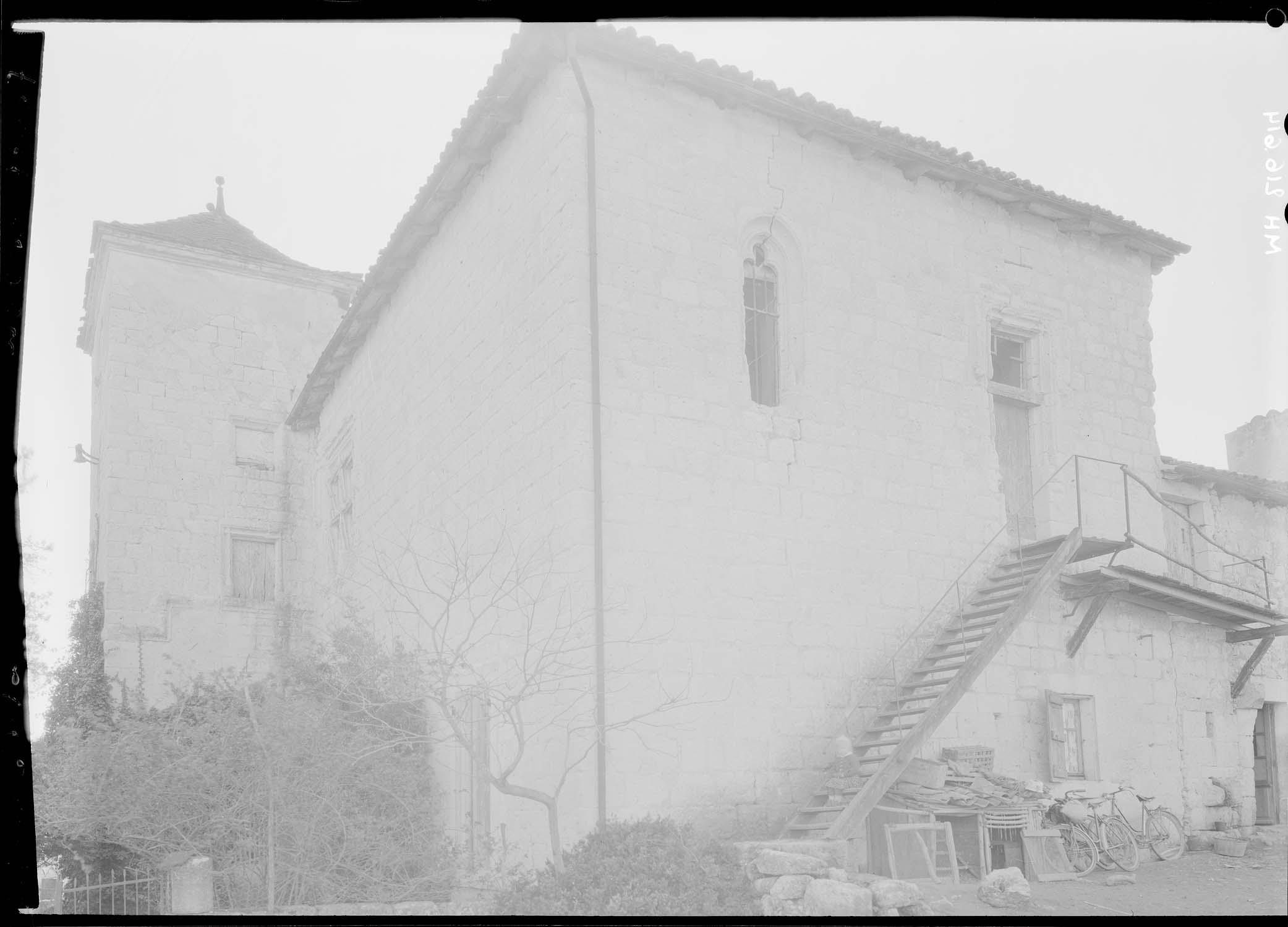 Extérieur, chapelle (voûtée sur croisée d'ogives) : fenêtre trilobée