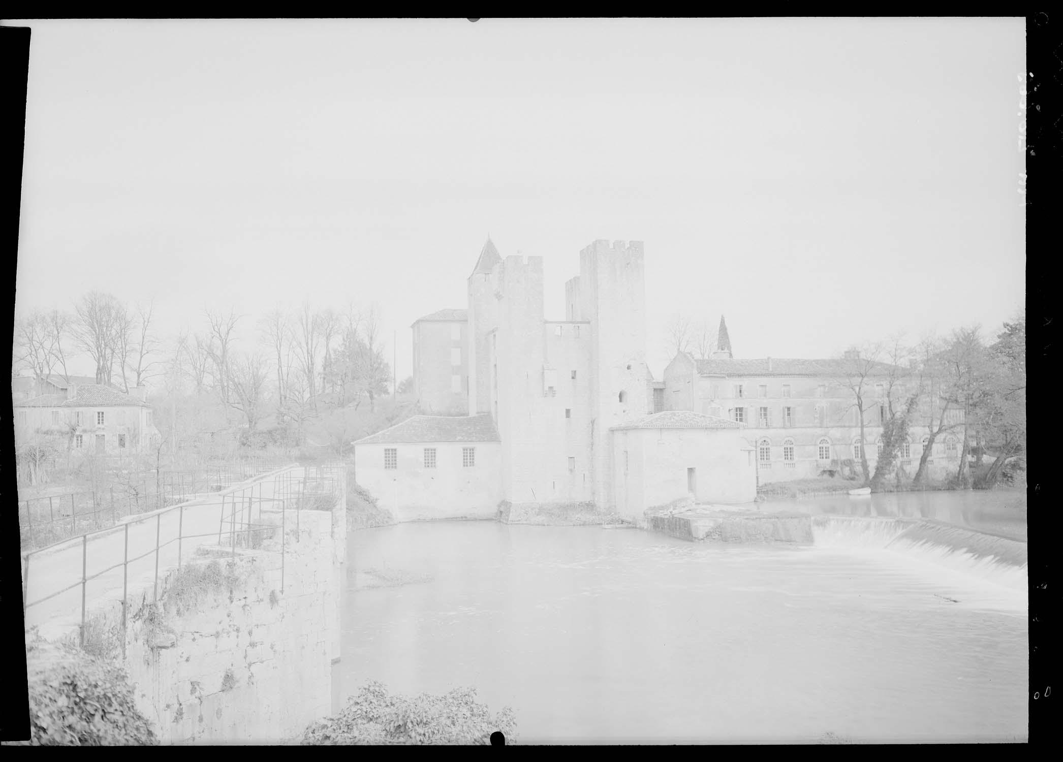 Pont gothique de sept arches et moulin fortifié du 14e siècle flanqué de quatre tourelles inégales de style Henri IV