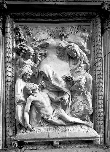 Chapelle adossée au pilier du transept sud, retable en pierre