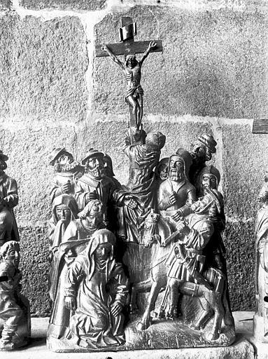 Autel (maître-autel) : la Condamnation de Jésus, le Couronnement d'épines, le Portement de croix, la Crucifixion, la Descente de croix, la Mise au tombeau, la Résurrection