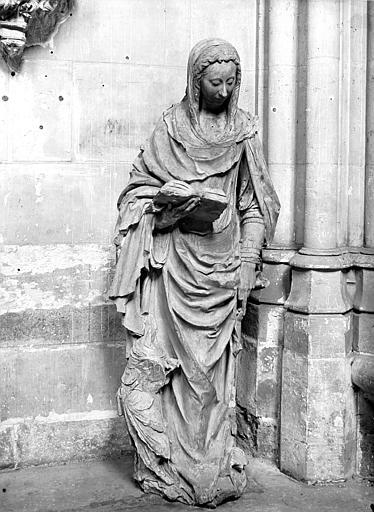 Statue : Une sainte (Marie Salomé) accompagnée de deux enfants