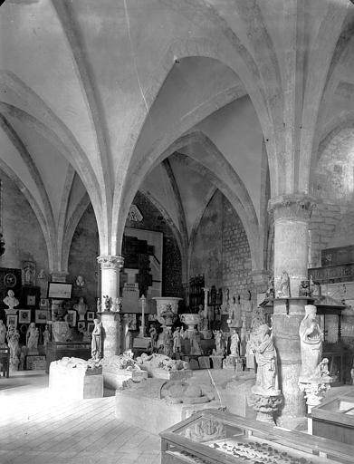 Vue intérieure de la salle du musée : dépôt lapidaire