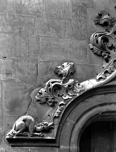 Détail du couronnement d'une des portes