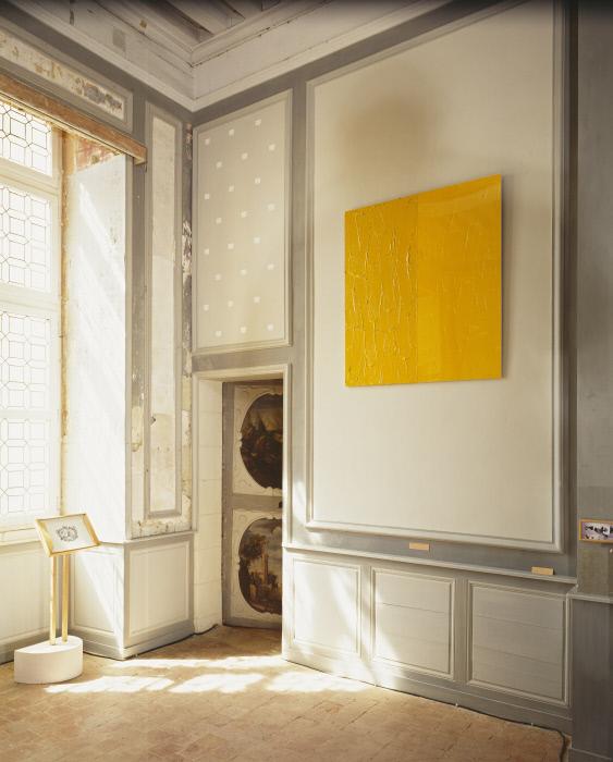 Peinture : Empreintes de pinceau n°50 répétées à intervalles réguliers de 30 cm (intervention blanche pour les gris d'Oiron), œuvre en 3 éléments