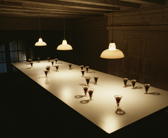 Verres ; table ; suspensions : Small glass pouring light