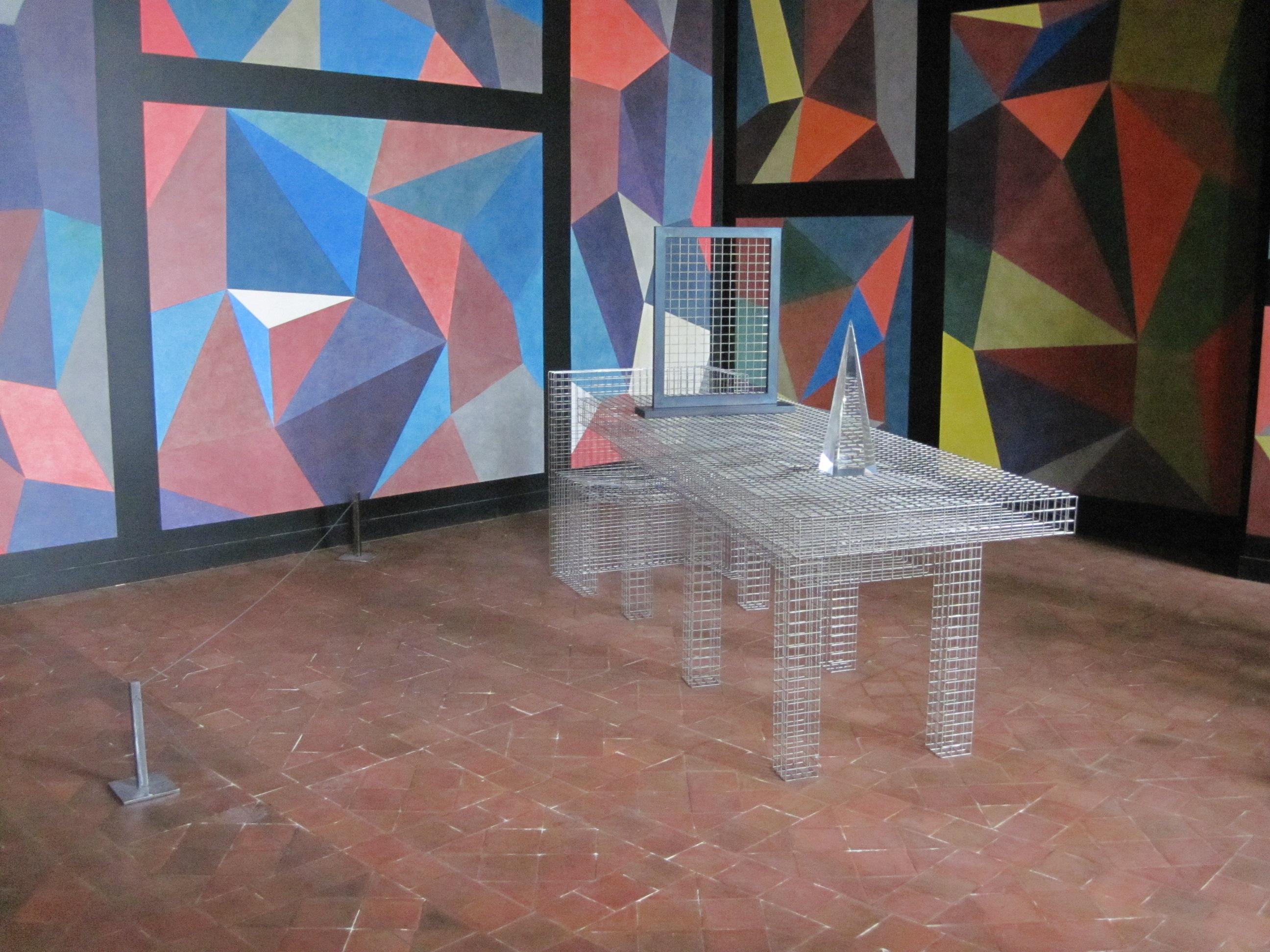 Table, banc, cadre, obélisque : Dr. Faustus Table and Chair, oeuvre en 4 éléments